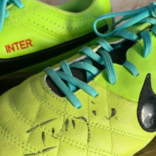 Chuteiras Internacional Índio Nike Tiempo autografadas